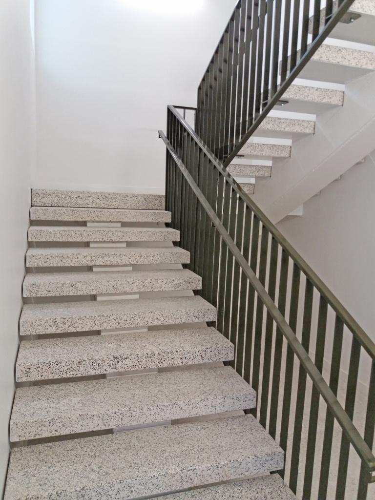 Litexpo. Vilnius, 2017 m. Pagamintos šviesios vidaus laiptų pakopos ir aikštelės. Atlikti mozaikinio betono grindų įrengimo darbai.